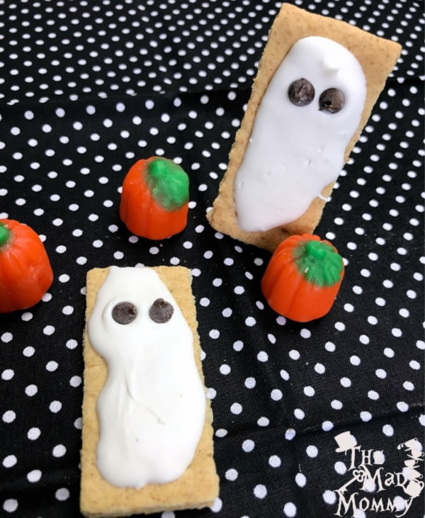 I have always loved Halloween and all of the costumes, decorations and treats that go with it! Speaking of treats, I have a super easy and fun Halloween treat that anyone can make. Check out these Quick N Cute Graham Cracker Ghosts!
